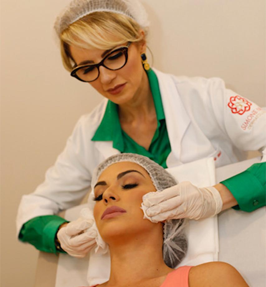 Simone Neri fazendo peeling em uma cliente