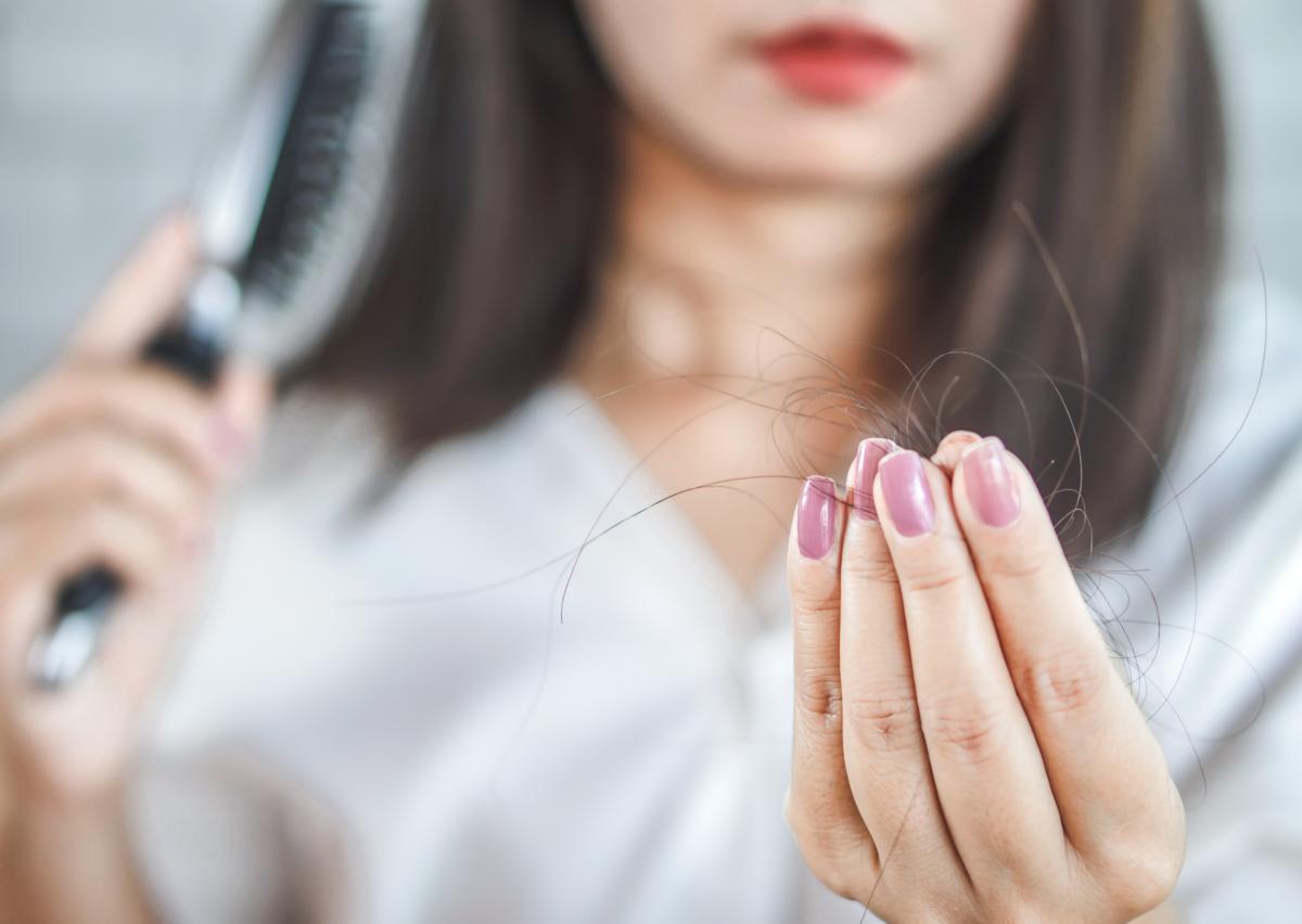 Seu cabelo está caindo? Conheça as causas e tratamentos para solucionar o problema